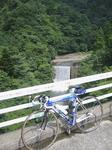 滝を背景.jpg